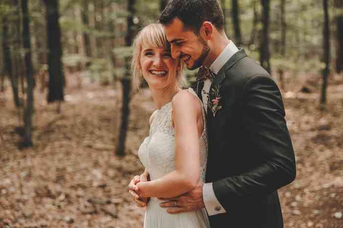 Brautpaar im Wald fotografiert von Juli Schneegans Fotografie