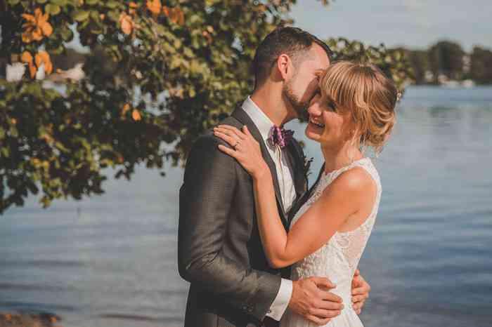Brautpaar am See fotografiert von Juli Schneegans Fotografie
