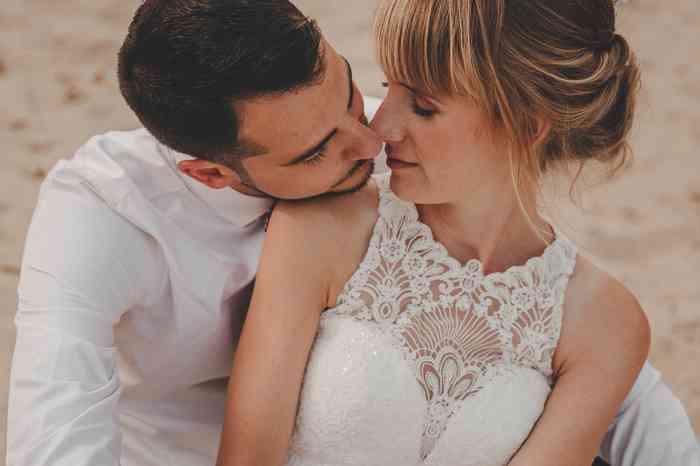 Brautpaar am Strand fotografiert von Juli Schneegans Fotografie