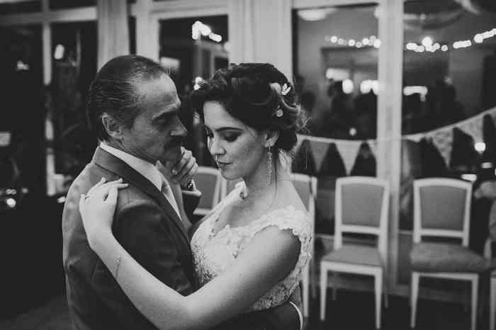 Brautpaar tanzt fotografiert von Juli Schneegans Fotografie