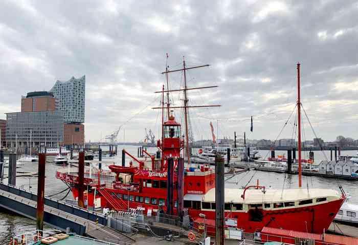 Das Feuerschiff liegt am Vorsetzen im Hamburger Hafen.