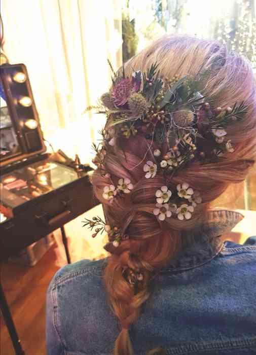 Hair & Make-up Artist Mirjam Walther Brautfrisur mit echten Blumen