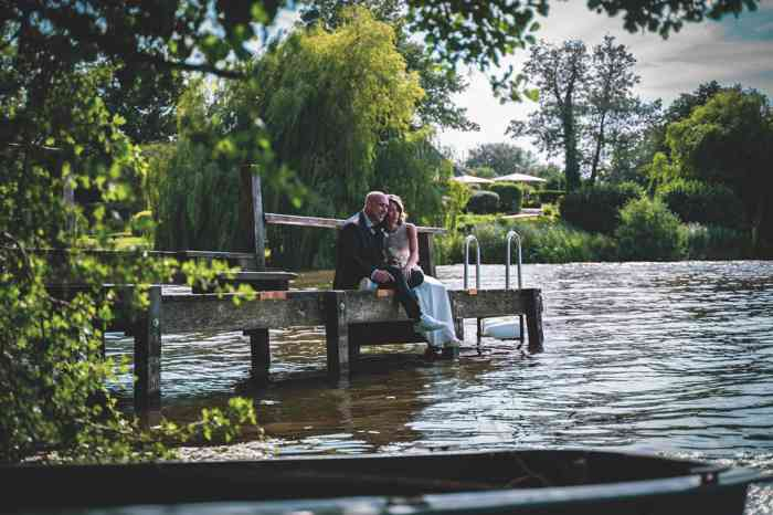 Hochzeitsfotografie Pure Emotion Wedding Hauke Lauth Brautpaar auf einem Steg am See