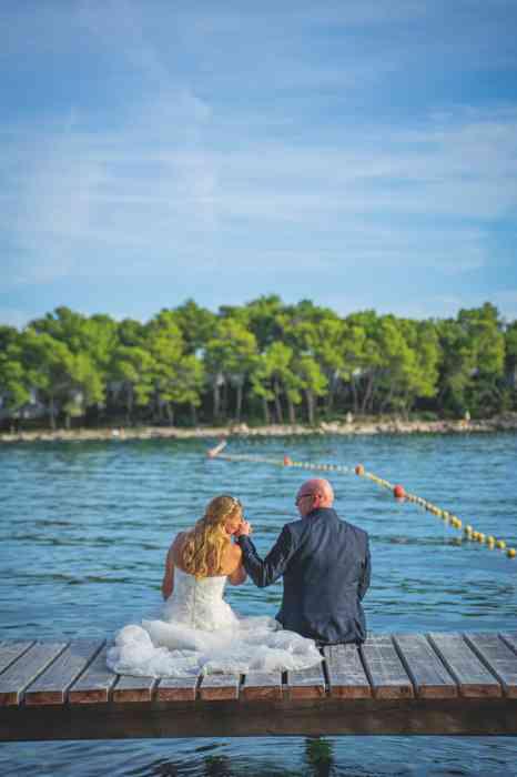 Hochzeitsfotografie Pure Emotion Wedding Hauke Lauth Brautpaar sitzt auf einem Steg am See