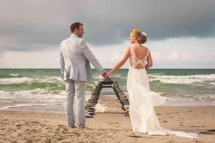 Hochzeitsfotografie Pure Emotion Wedding Hauke Lauth Brautpaar am Strand im Hintergrund das Meer