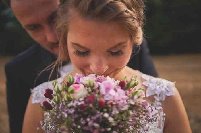 Hochzeitsfotografie Pure Emotion Wedding Hauke Lauth Braut riecht am Brautstrauß