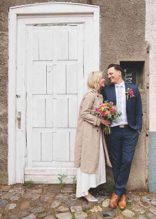 Brautpaar vor weißer Tür fotografiert von Sag Ja Hochzeitsfotos Helen Fischer