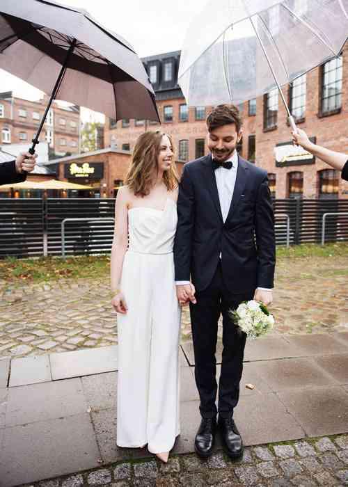Brautpaar im Regen Sag Ja Hochzeitsfotos Helen Fischer