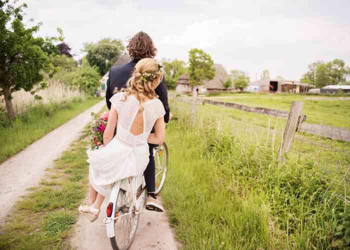 Brautpaar auf Fahrrad Sag Ja Hochzeitsfotos Helen Fischer