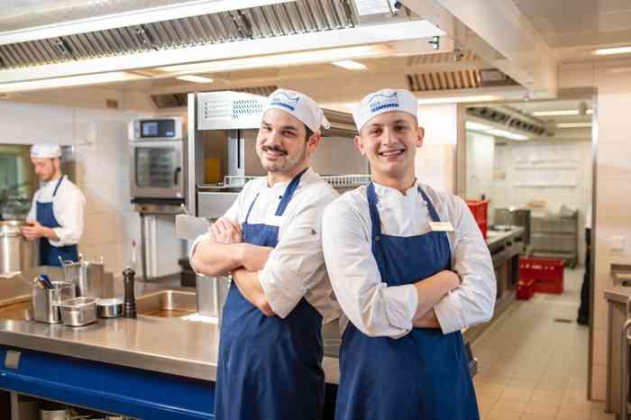 Zwei Köche in der Küche des Ringhotel Birke