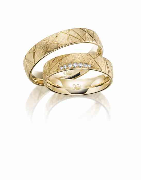 Trauringpaar aus Gelbgold mit Diamanten von Rubin.