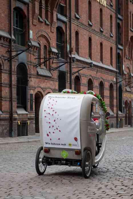 Hamburg by Rickshaw Hochzeitsrikscha in der Speicherstadt von hinten