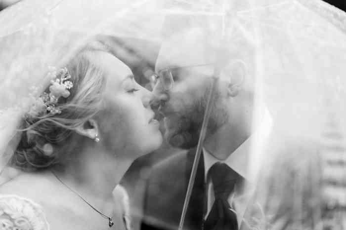 Britta Gleiminger Fotografie Kuss unter Regenschirm
