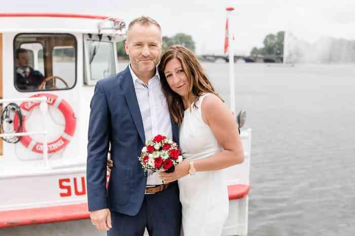 Britta Gleiminger Fotografie Brautpaar an der Elbe Barkasse