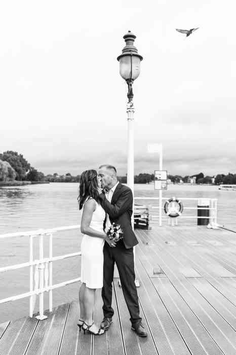 Britta Gleiminger Fotografie Brautpaar auf Steg