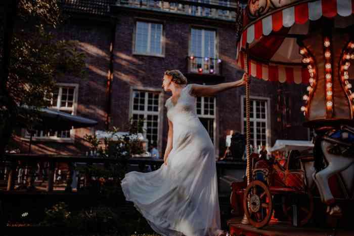 Tiny wedding coronahochzeit Braut auf Karussell in der Villa Mignon in Hamburg
