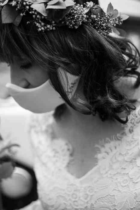 Braut mit Blumenkranz und Mundschutz