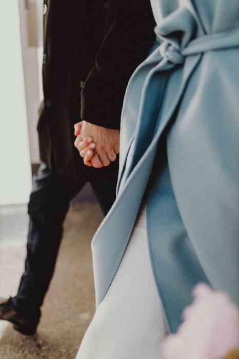 Elopement Hochzeit zu zweit Brautpaar Hand in Hand