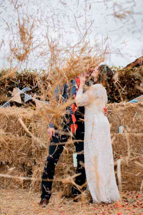 Hochzeit in Schleswig-Holstein Brautpaar im Stroh